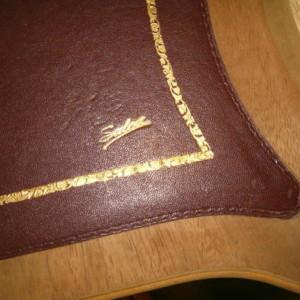 particolare del piano con cuoio decorato in oro zecchino a mano